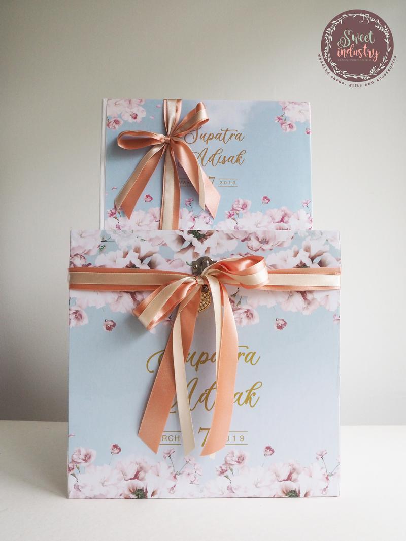 Set Promotion กล่องใส่ซอง+สมุดเซ็น ลายการ์ด ราคา 4,000 บาท